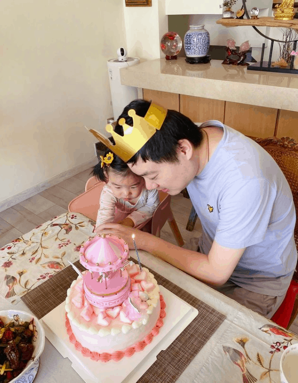 Ding Junhui celebrating Birthday with his Daughter
