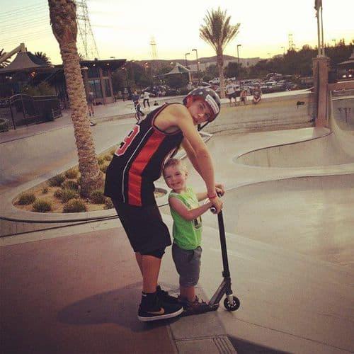 Jeremy Malott alongside his son in a skate park. (Source: over-blog.com)