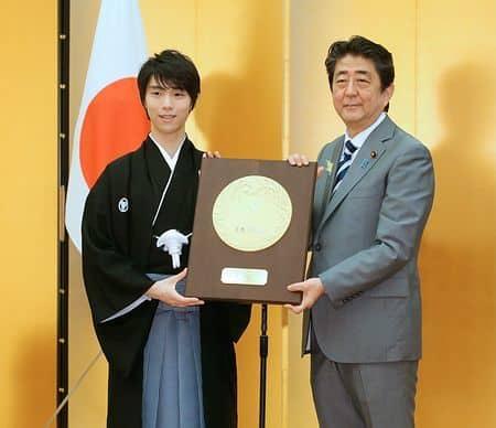 Yuzuru Hanyu receiving the People's Honour Award from then Prime Minister Shinzo Abe